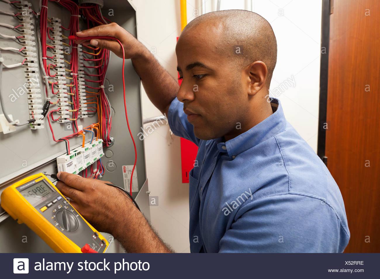 Milieu des profils ingénieur électrique travaillant dans l'usine de fabrication Photo Stock