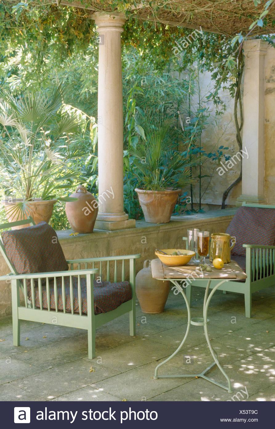 Le vert pâle des chaises en bois et métal petite table sur une ...