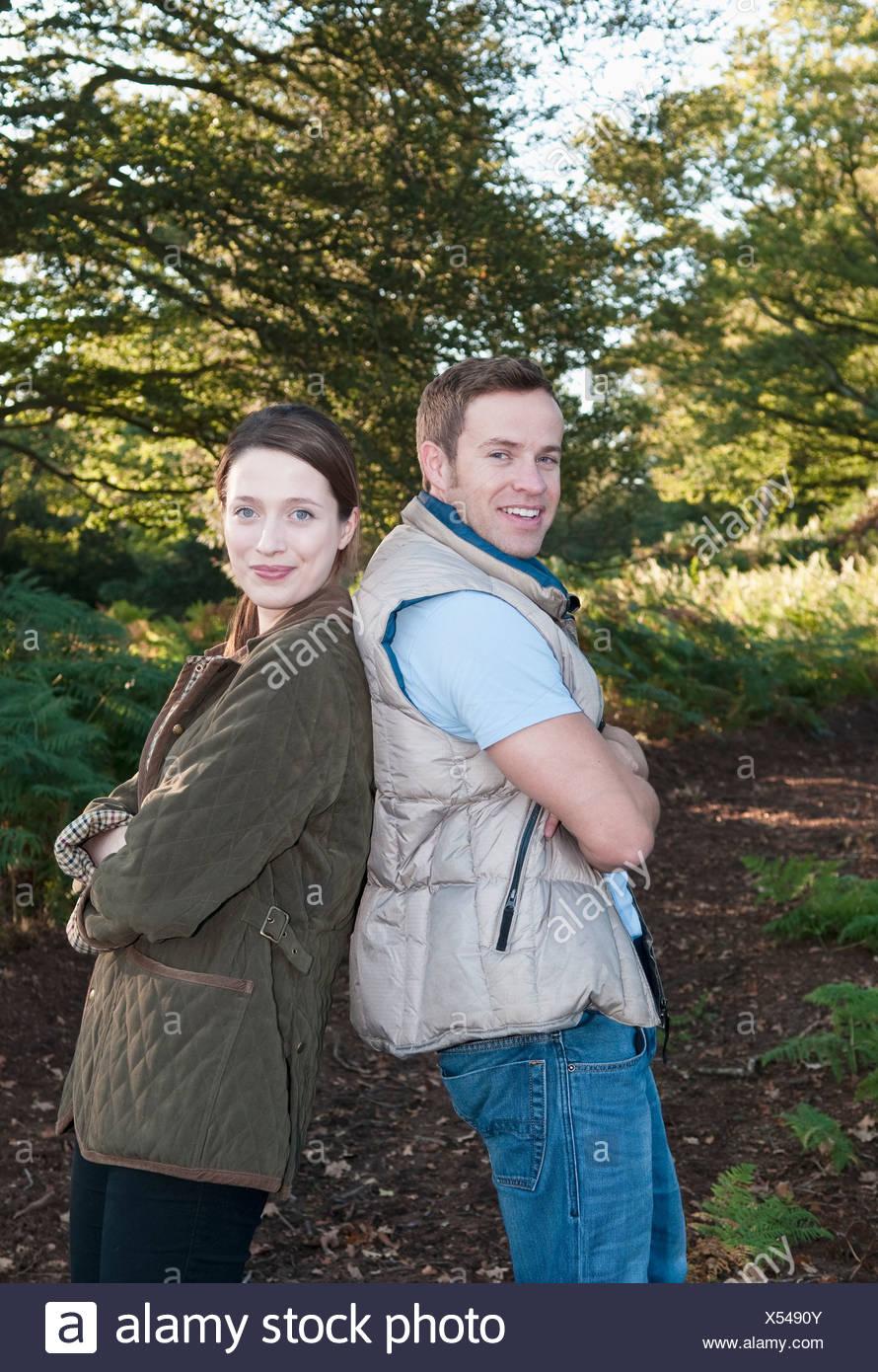 Couple debout dos à dos sur park Photo Stock