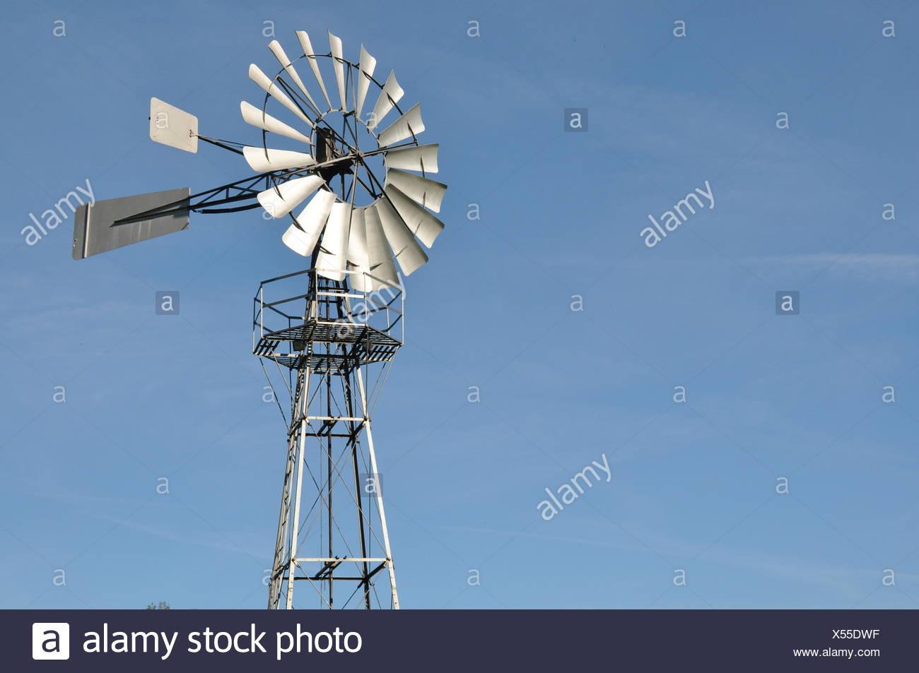 Moulin à vent l'énergie éolienne sans nuages Photo Stock