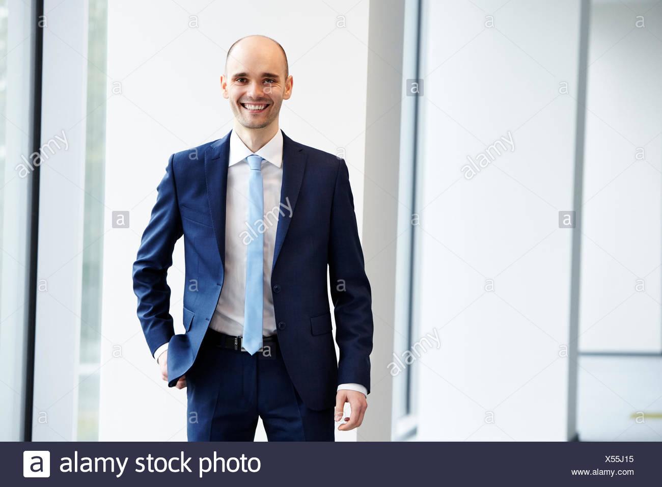 Cheerful young businessman dans le bureau Photo Stock