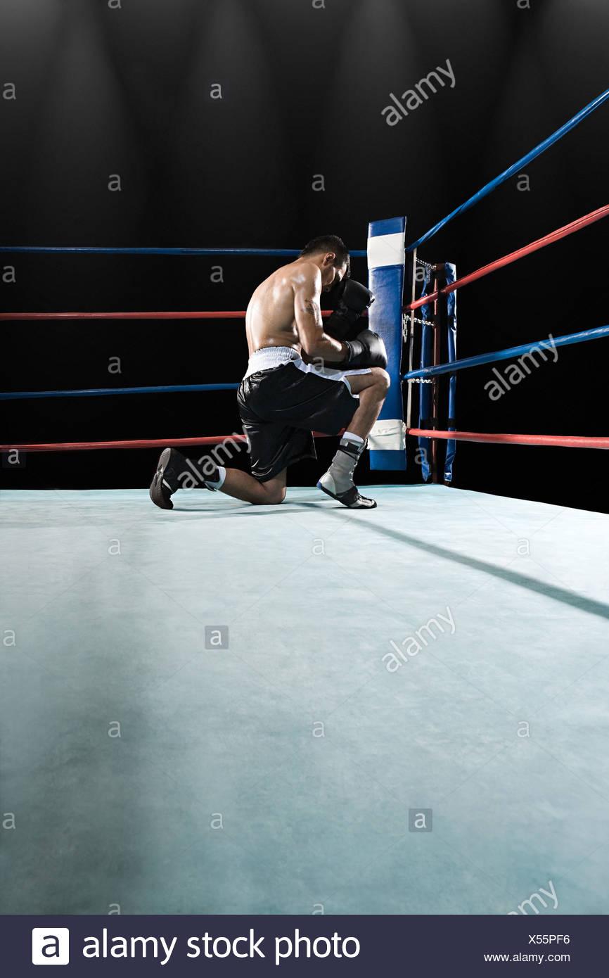 Boxer dans ring de boxe Photo Stock