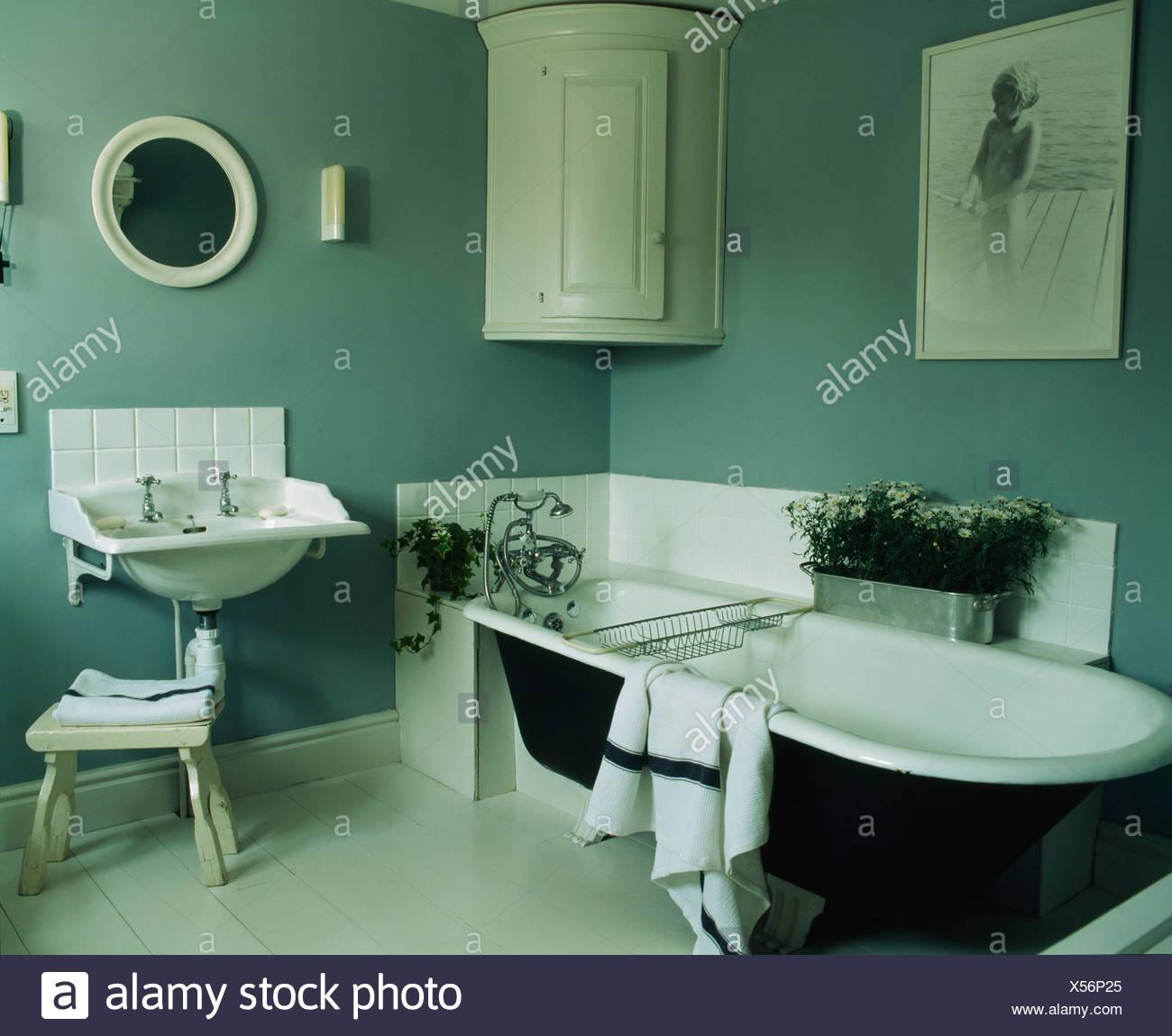 Baignoire sur pied et mur d\'angle blanc-gris-bleu placard de salle ...