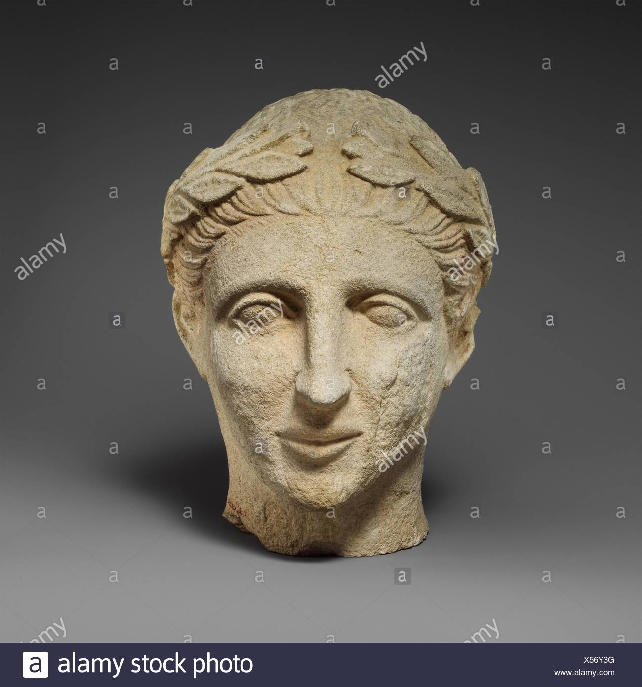 Tête en pierre calcaire d'un homme imberbe votary avec une couronne de feuilles. Période hellénistique:; Date: 2ème moitié du 4ème siècle avant J.C; culture; chypriote: Banque D'Images