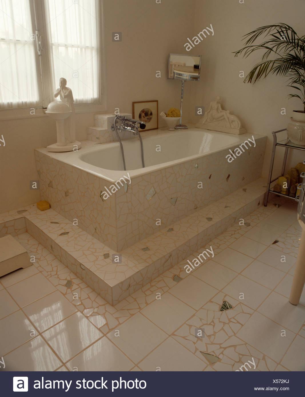 Baignoire et carreaux de miroir en blanc carrelage dans salle de ...