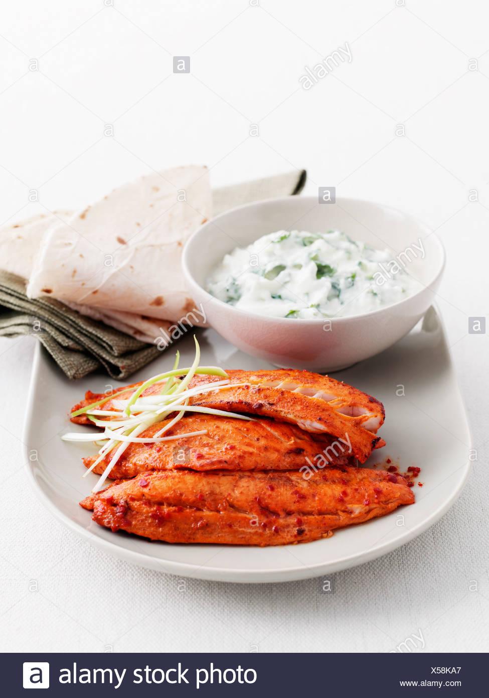 Assiette de viande en sauce et du pain Photo Stock
