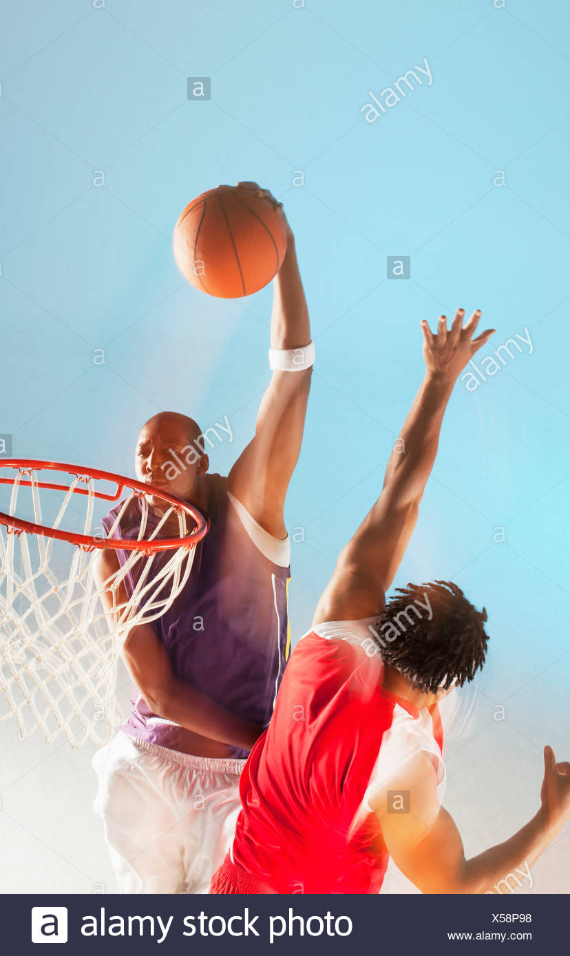Joueur de basket-ball dunk Photo Stock
