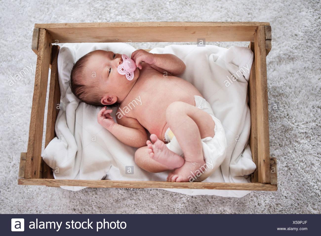 Pose de nouveau-né endormi avec sucette dans la bouche Photo Stock