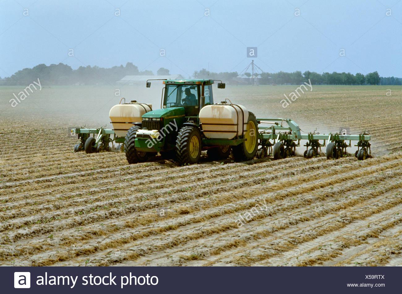 Un tracteur et 12 rangs, mettre en œuvre des bandes et middles cultive le Roundup Ultra Max herbicide sur les lignes d'RoundupReady coton sans labour Photo Stock