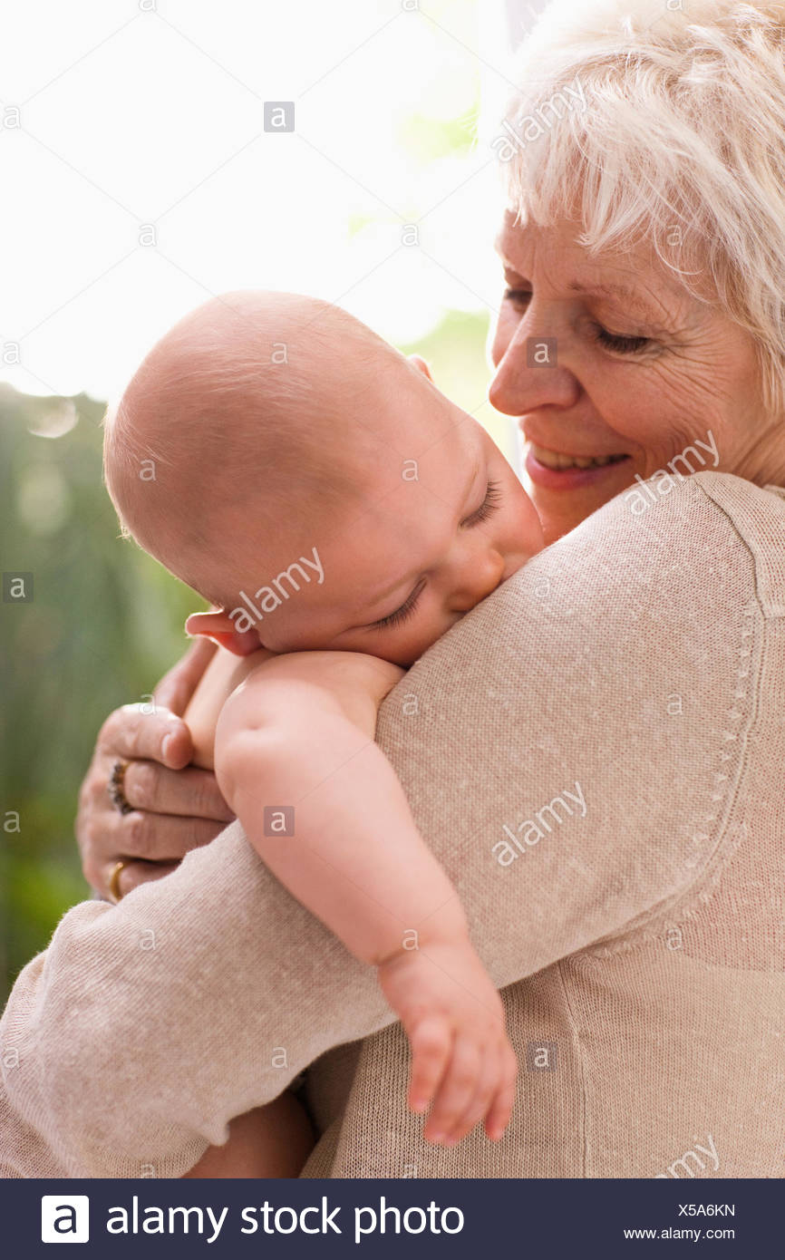 Grand-mère holding baby Photo Stock