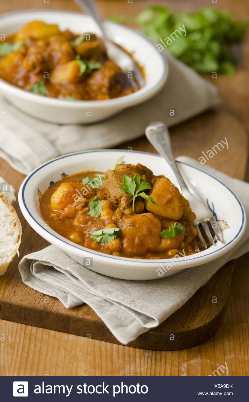 Le curry d'agneau délicieux avec les pois chiches dans un bol. Photo Stock