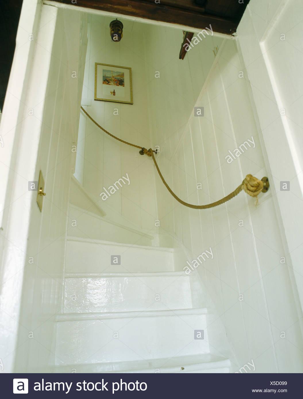 Main Courante Escalier Corde cottage avec escalier peint en blanc, une main-courante de