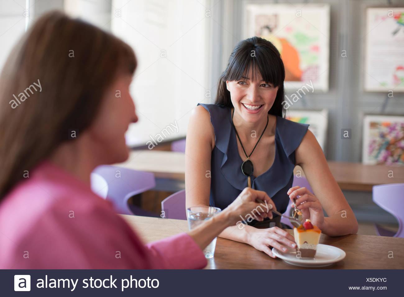 Le partage des femmes en dessert cafe Photo Stock