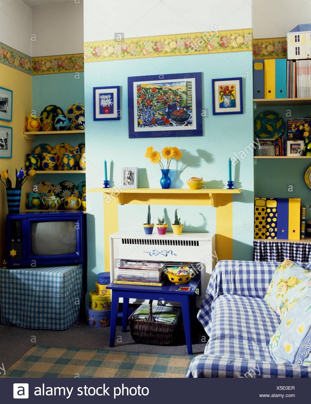 Vu Jeter Sur Canapé Bleu Turquoise Pâle Dans Années 90 Salon Avec De La  Peinture Jaune Et Du0027une Télévision Vintage
