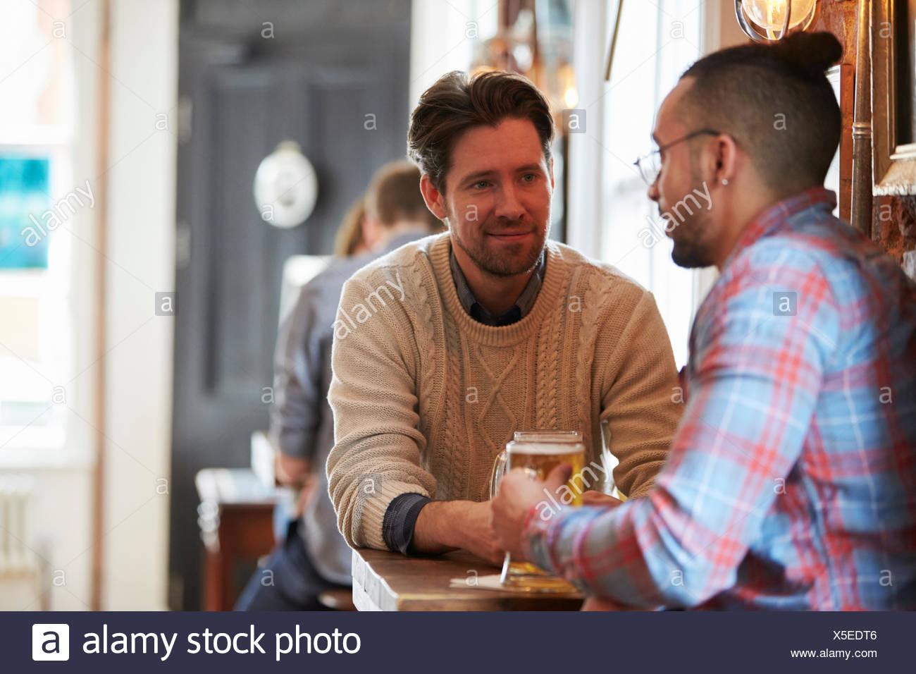 Deux amis profitant de verre au bar Photo Stock