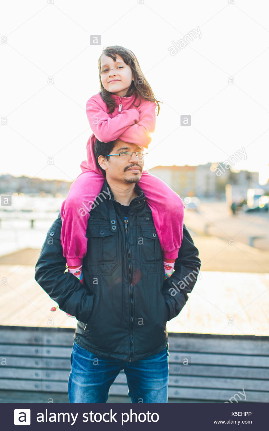Father carrying daughter (10-11) sur les épaules Photo Stock