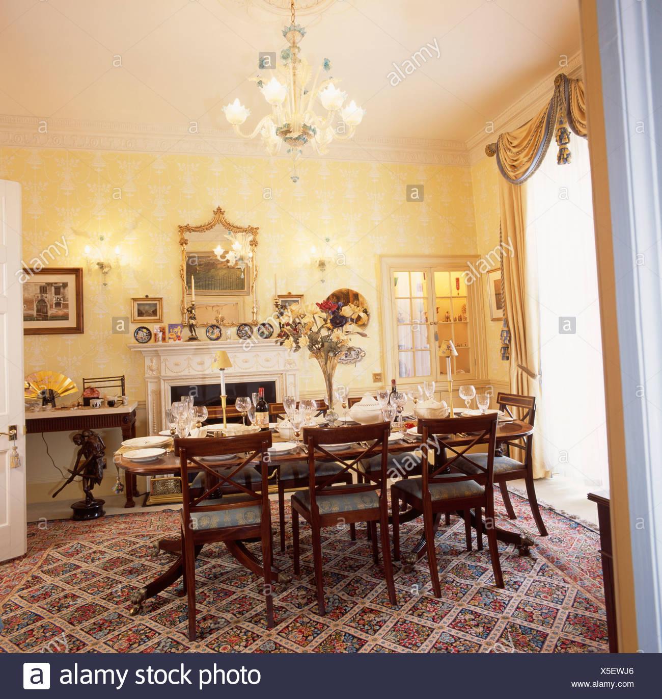 Chaises Anciennes A Set De Table Pour Le Dejeuner Dans La Salle A