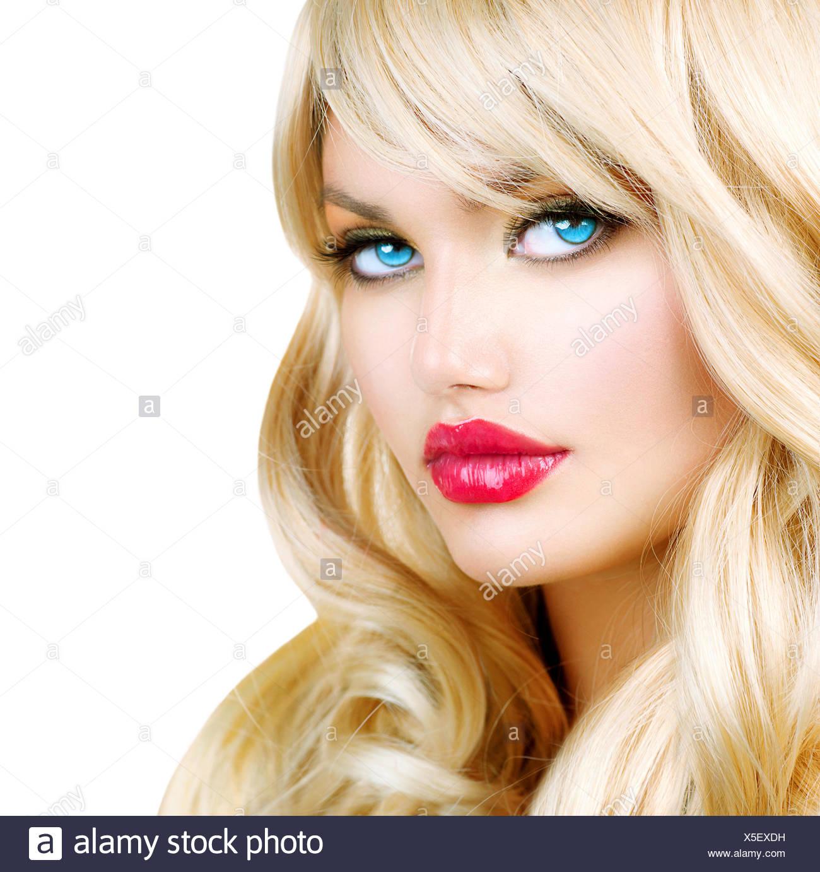 Fille Blonde Belle portrait de femme blonde. belle fille blonde avec de longs cheveux