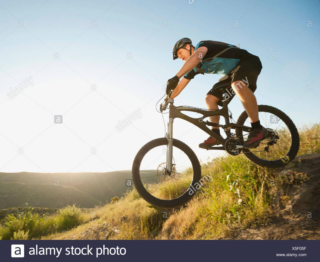 États-unis, Californie, Laguna Beach, du vélo de montagne équitation ski Banque D'Images