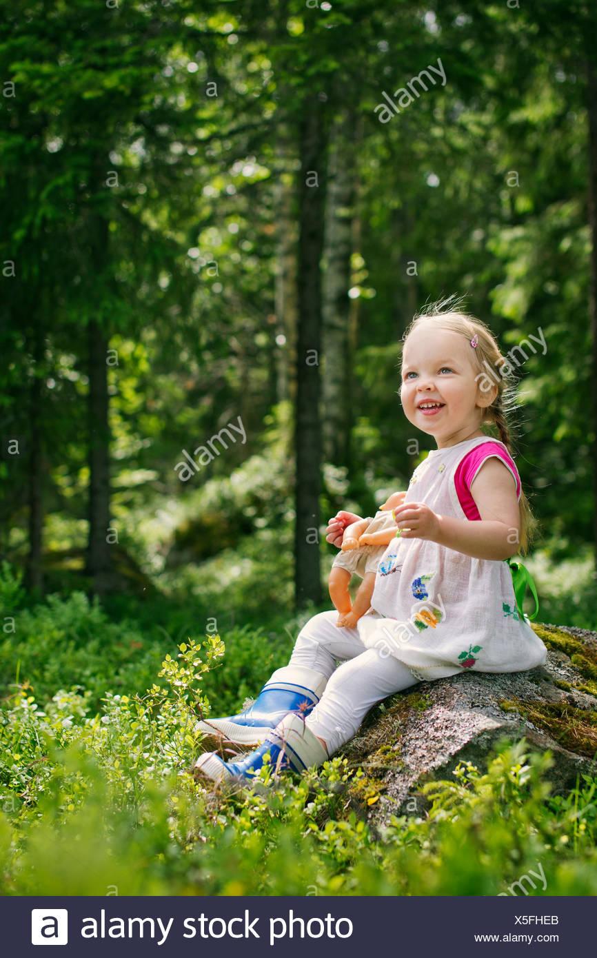 La Finlande, l'Paijat-Hame, Girl (2-3) en jouant à la poupée en forêt Photo Stock