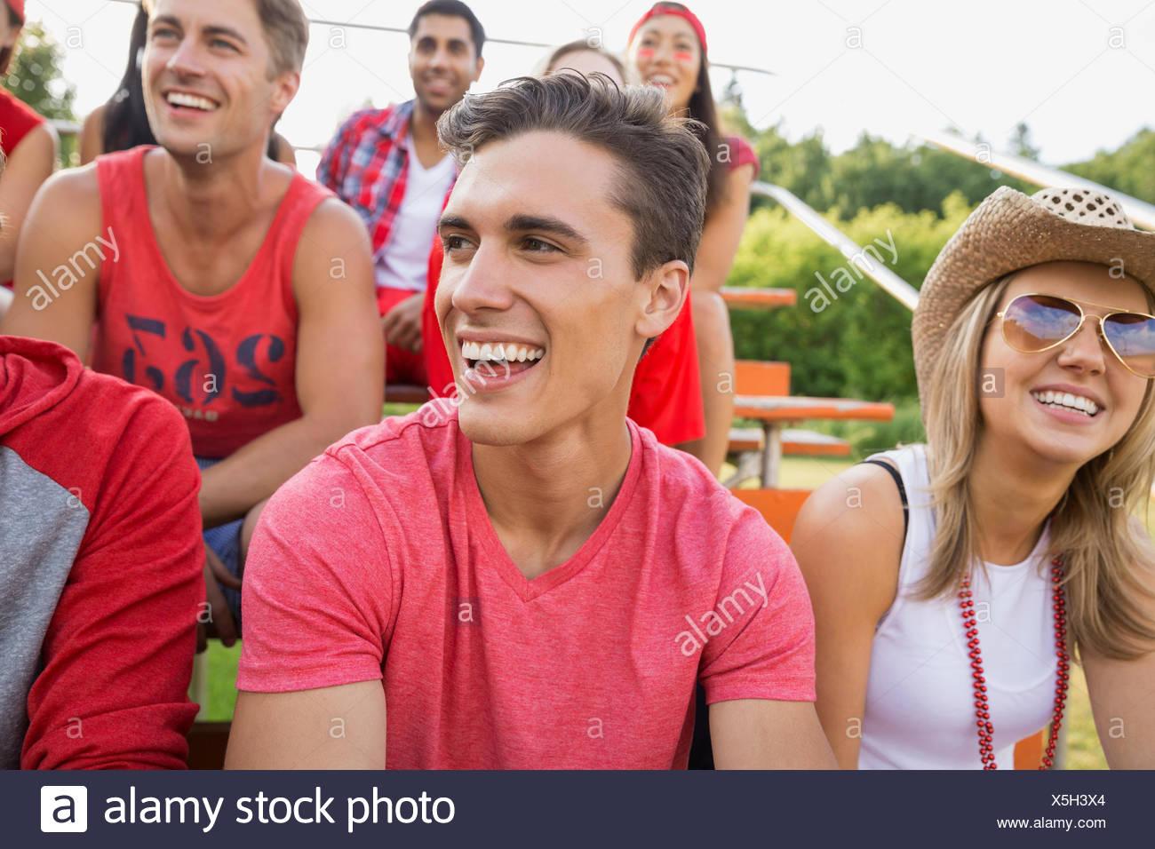 Homme rire à un événement sportif Photo Stock
