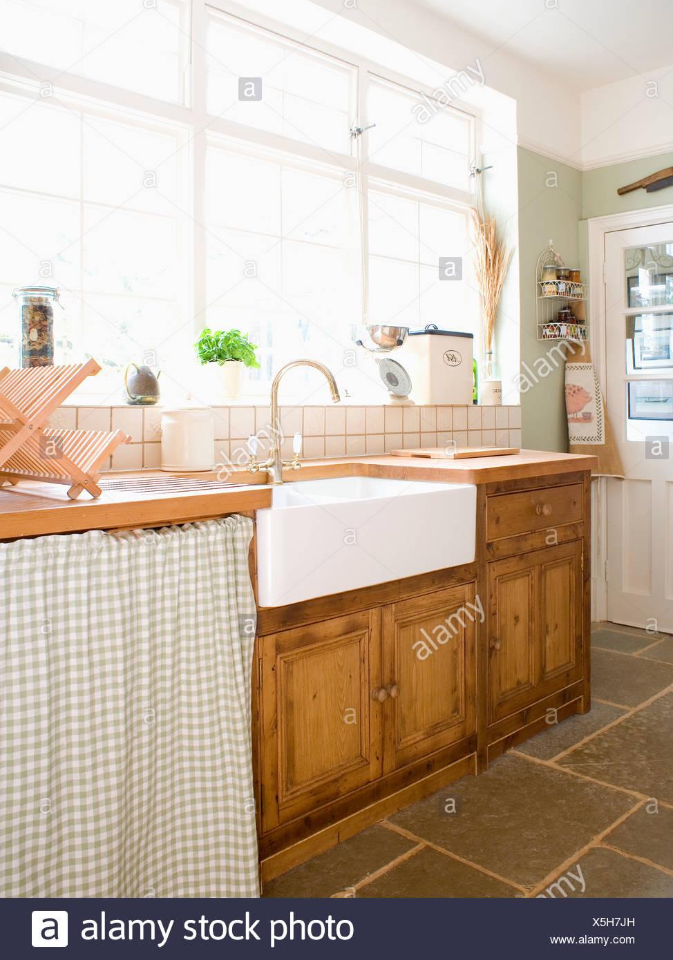 Belfast lavabo dans la fenêtre ci-dessous placard pin équipé ...