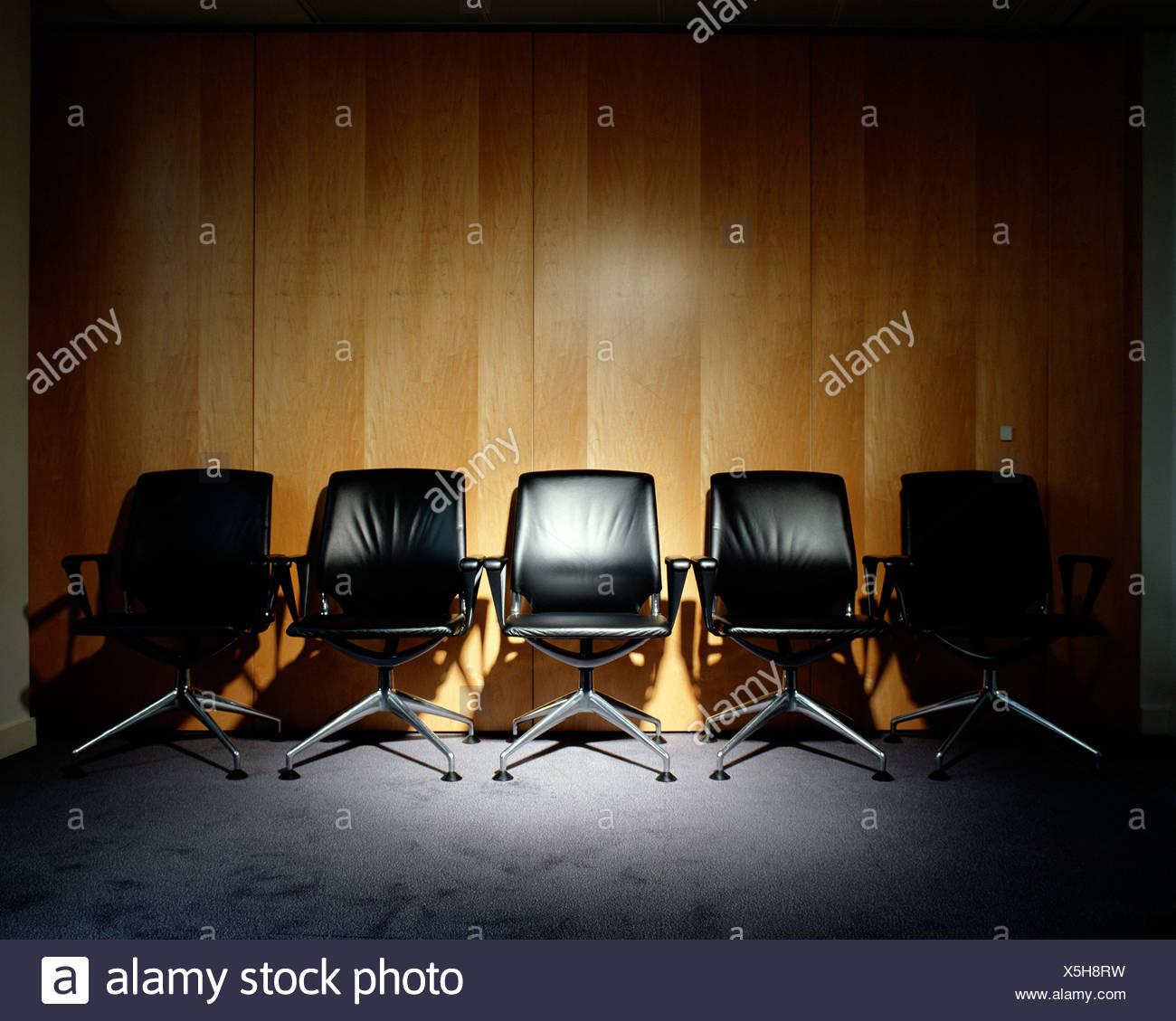Rangée de chaises de bureau vide Banque D'Images