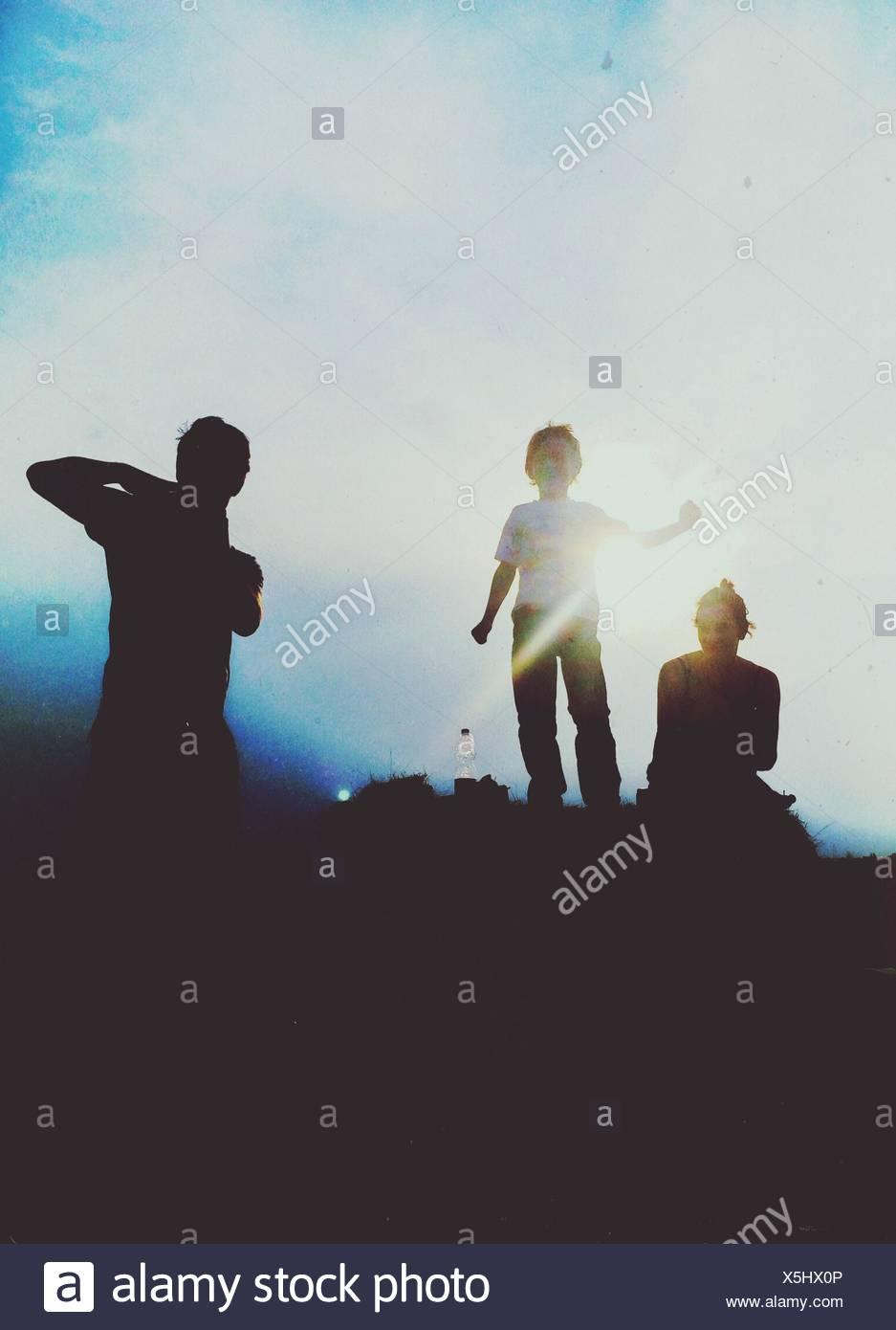 Silhouettes de personnes dans la lumière du soleil Photo Stock