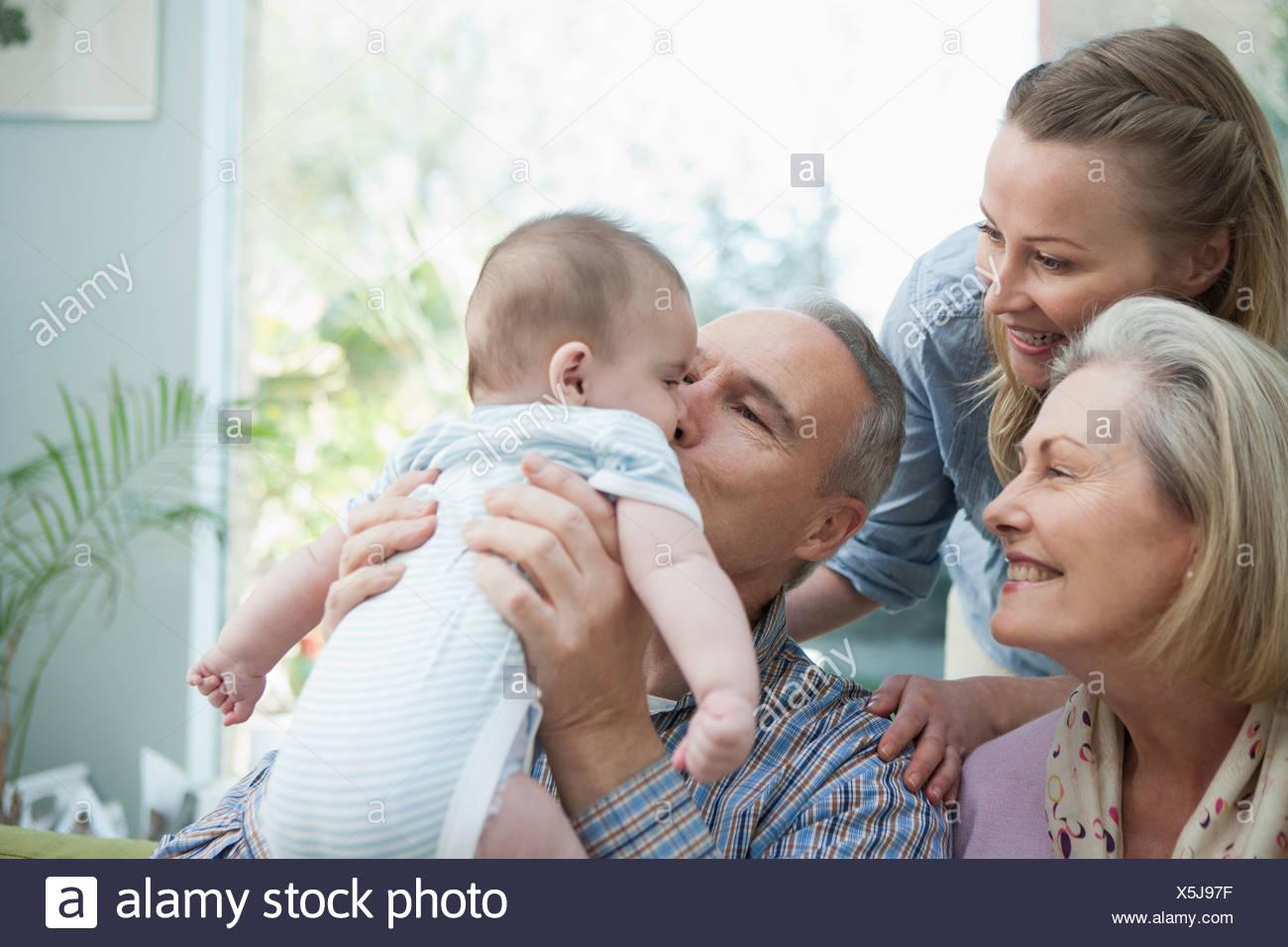 Les grands-parents et sa mère avec bébé garçon Photo Stock