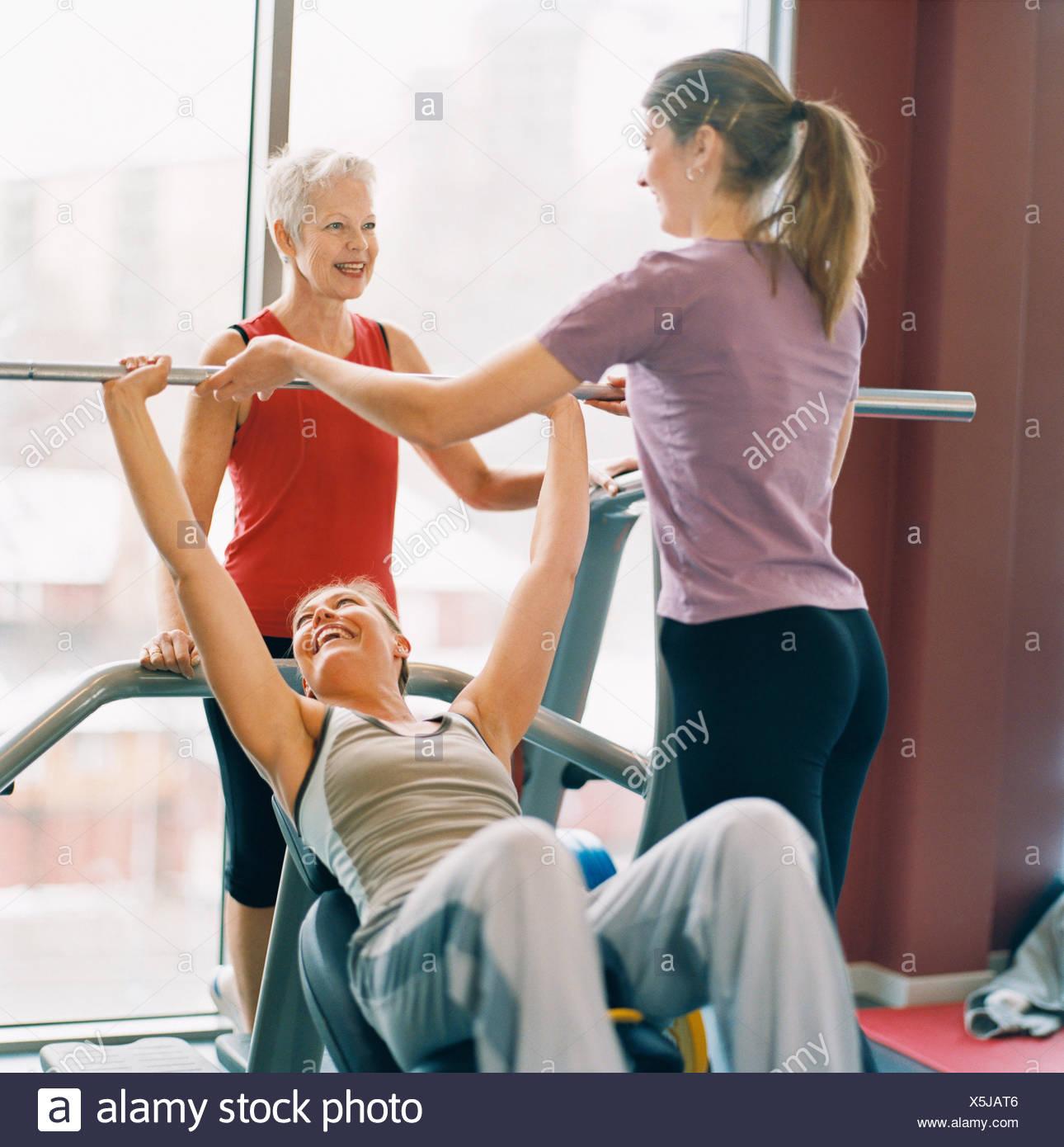 20-24 ans 70-74 ans 75-79 ans adultes activité seul athlète bodybuilding color image vieille femme aux cheveux gris et l'exercice Photo Stock