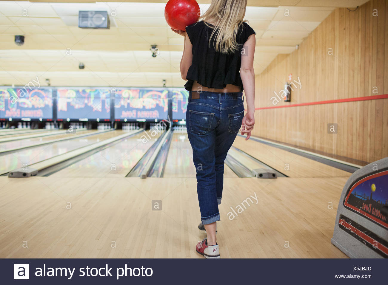 Une jeune femme au bowling. Photo Stock