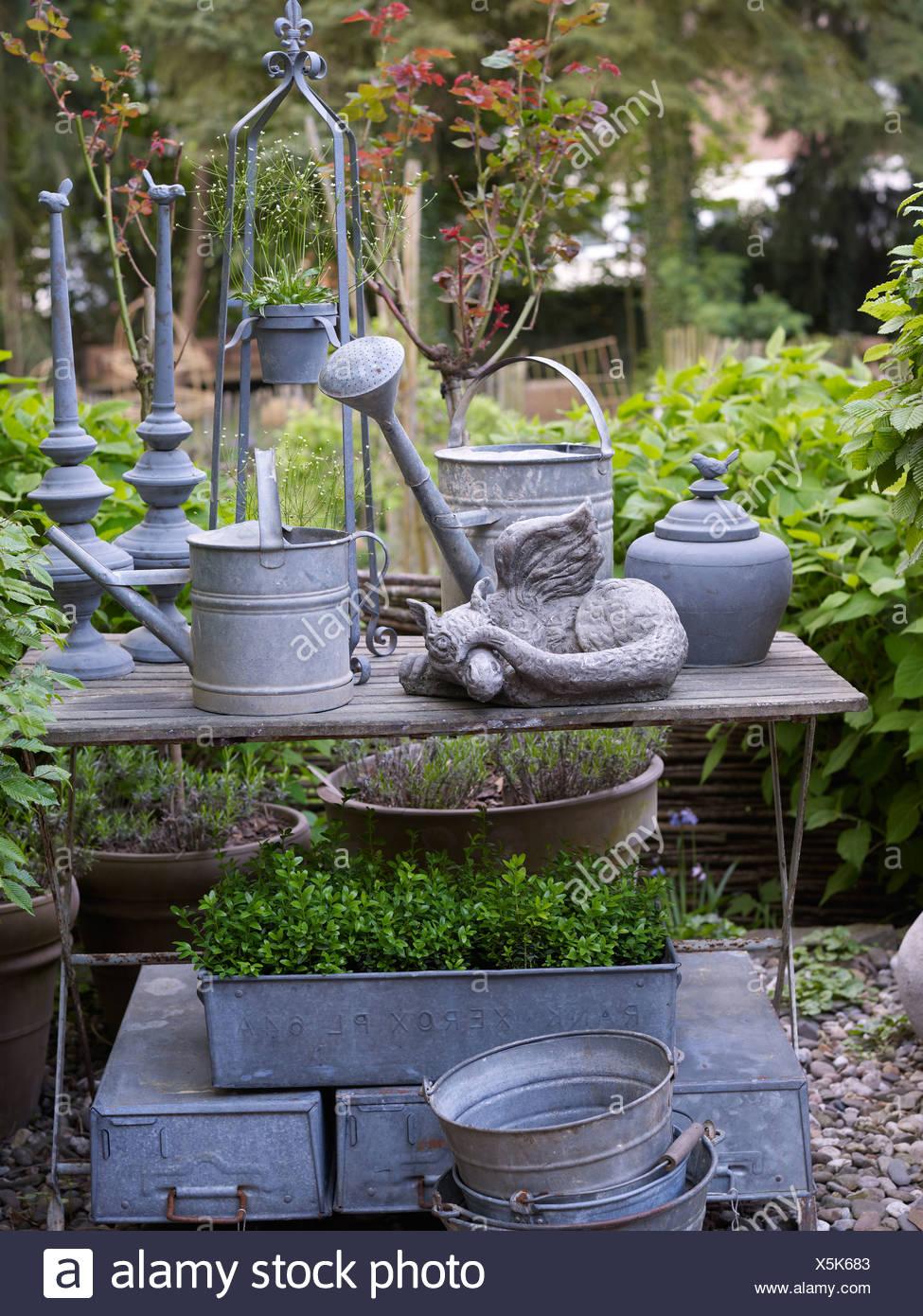 Still Life, le vieux arrosoirs en zinc dans un jardin romantique ...