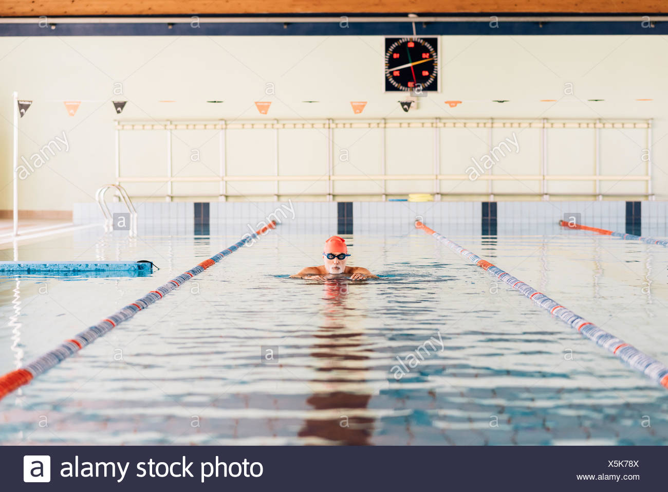 Senior man swimming in pool Photo Stock