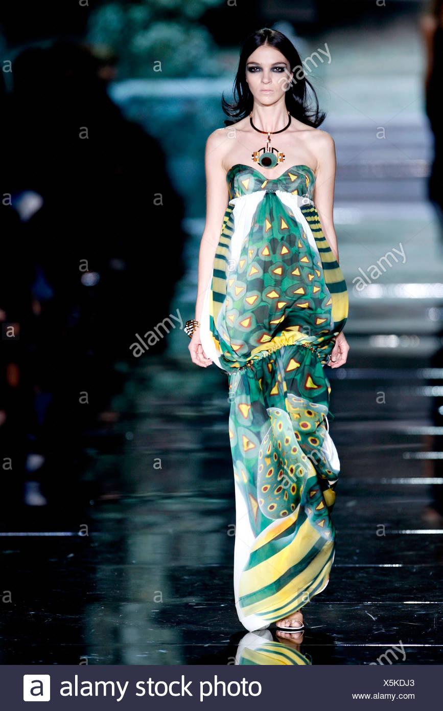 Roberto Cavalli Milan Prêt à porter printemps été modèle italien Mariacarla  Boscono black eye make up a15da83f6de