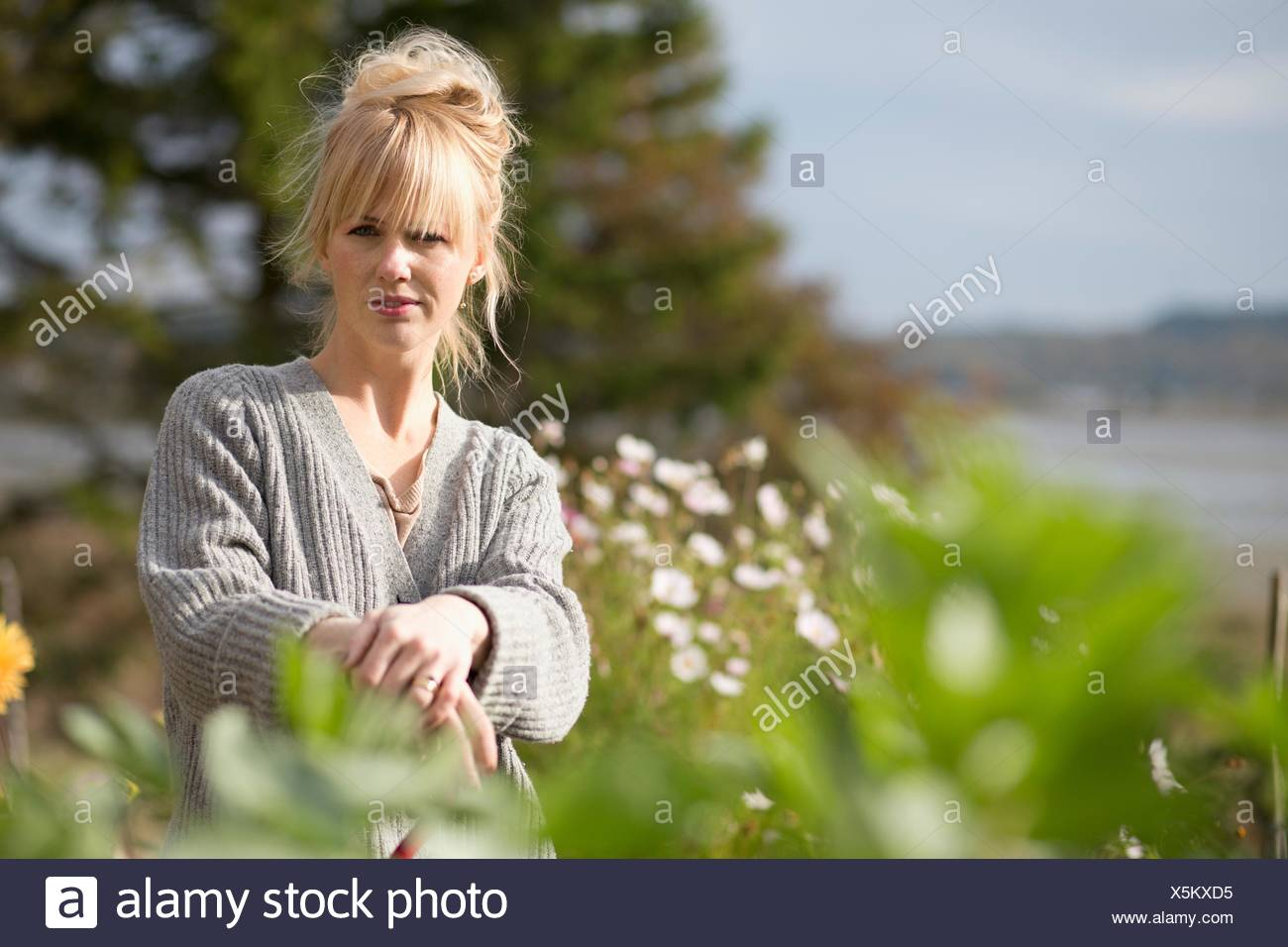 Portrait de femme au jardin bio, Orust, Suède Photo Stock