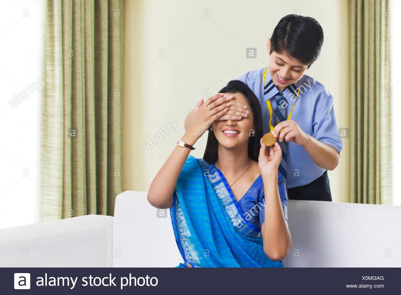 Fils mère surprenant avec medal Photo Stock