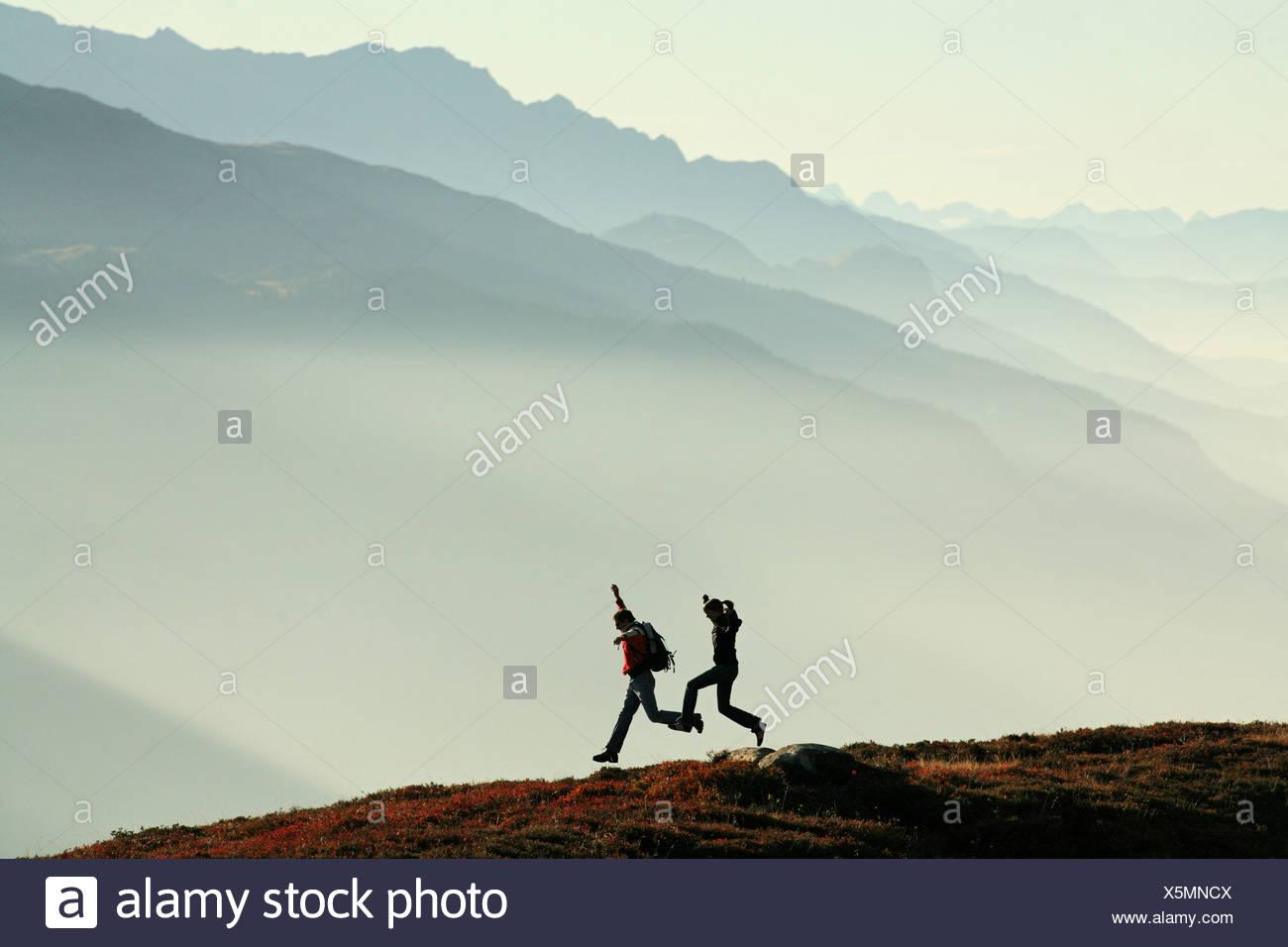 Deux Couple joie saut saut blague fun sports randonnées à pied en plein air randonnée en montagne wa voyageur Photo Stock