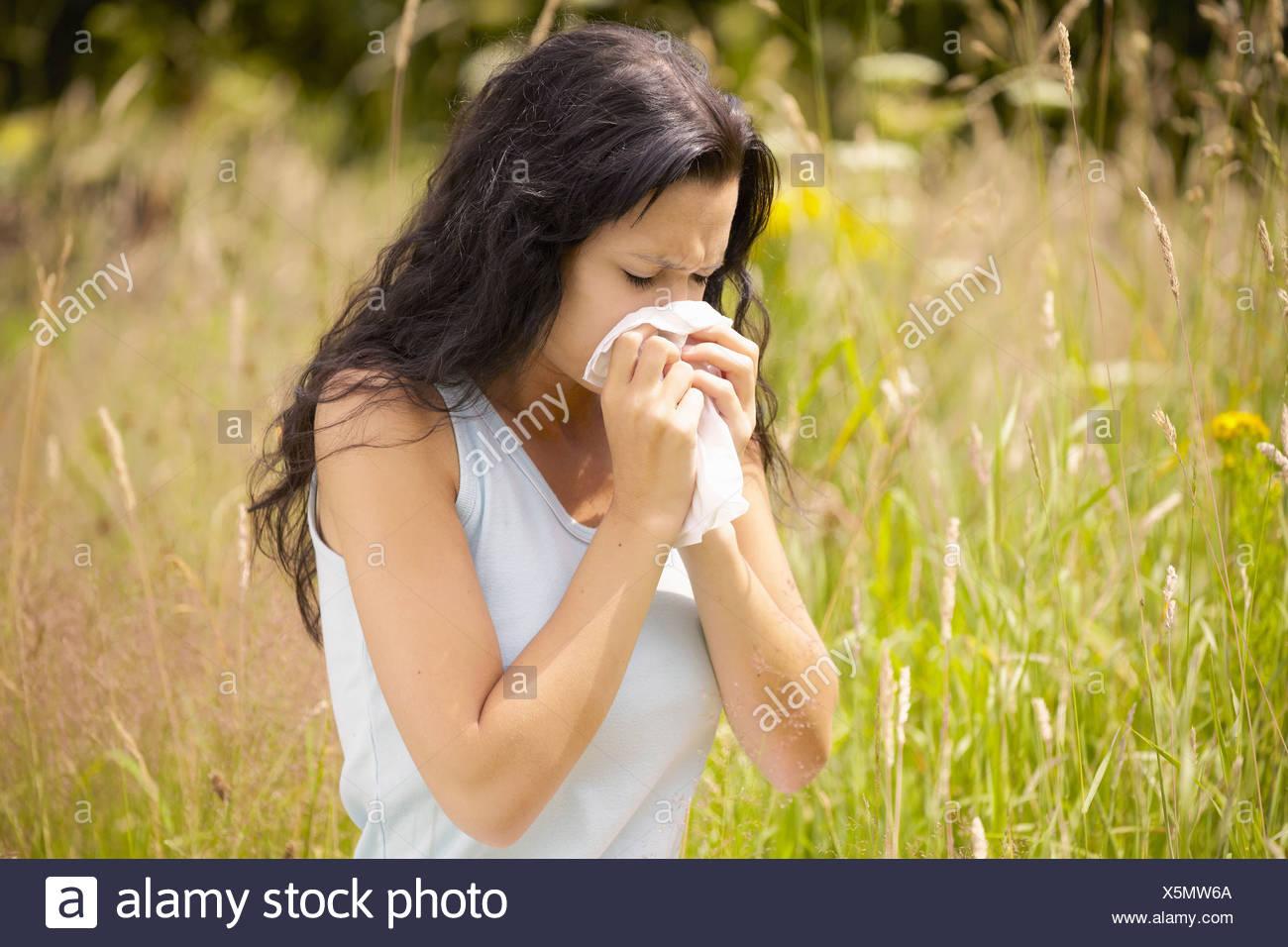 Nez avec des tissus d'essuyage de fille Photo Stock