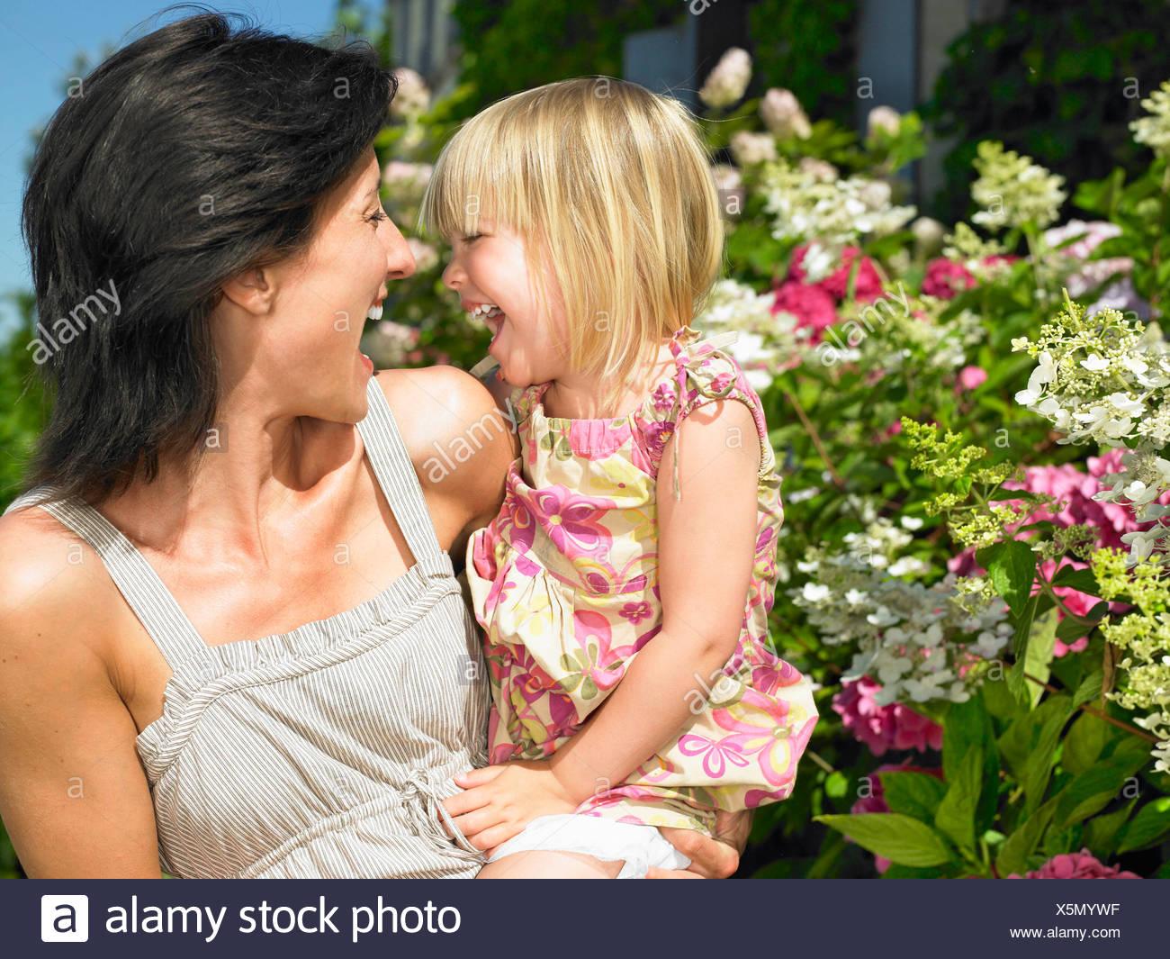 Mère et fille ayant un bon rire Photo Stock