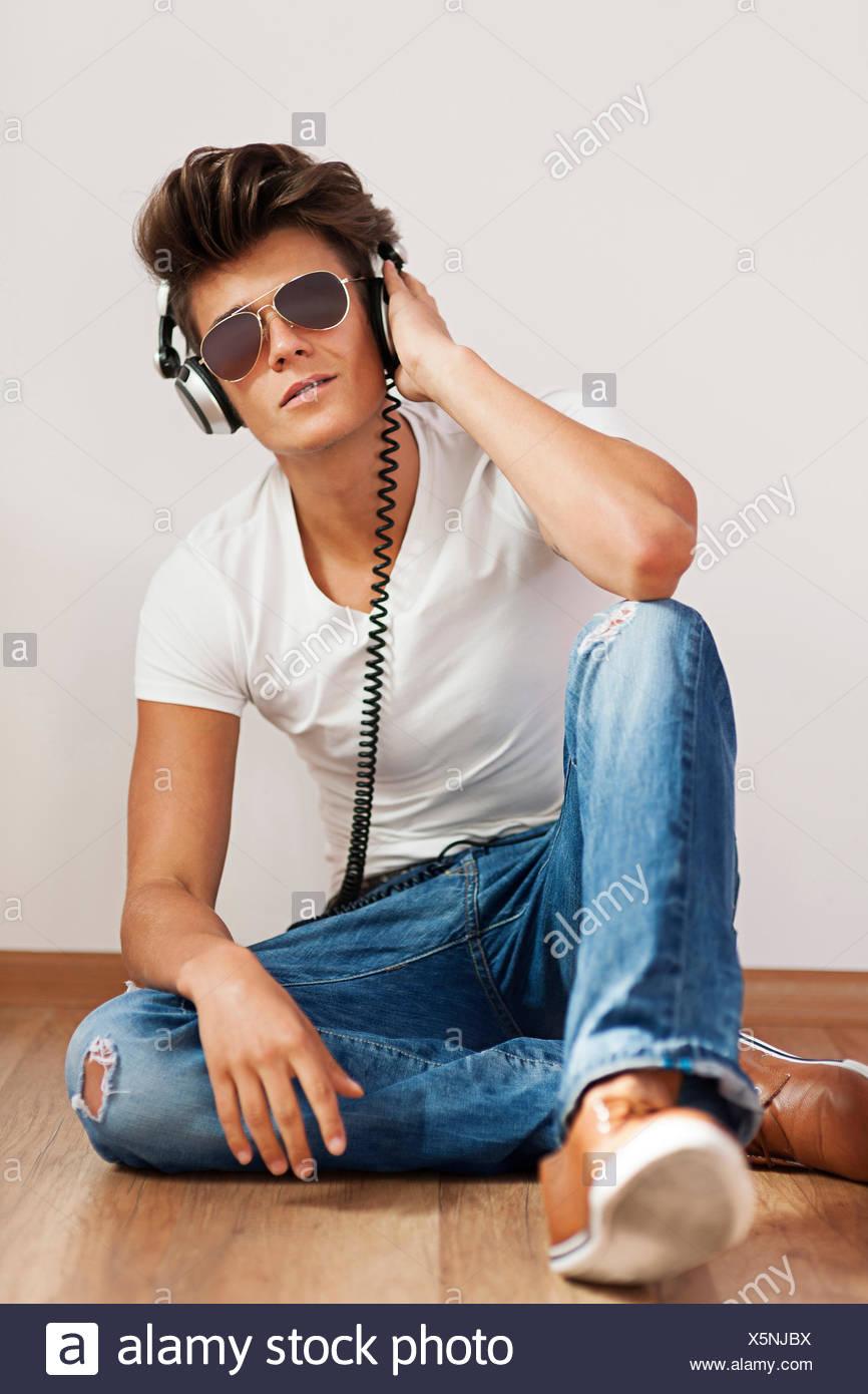 Ambiance jeune homme écoute de la musique sur casque. Debica, Pologne Photo Stock