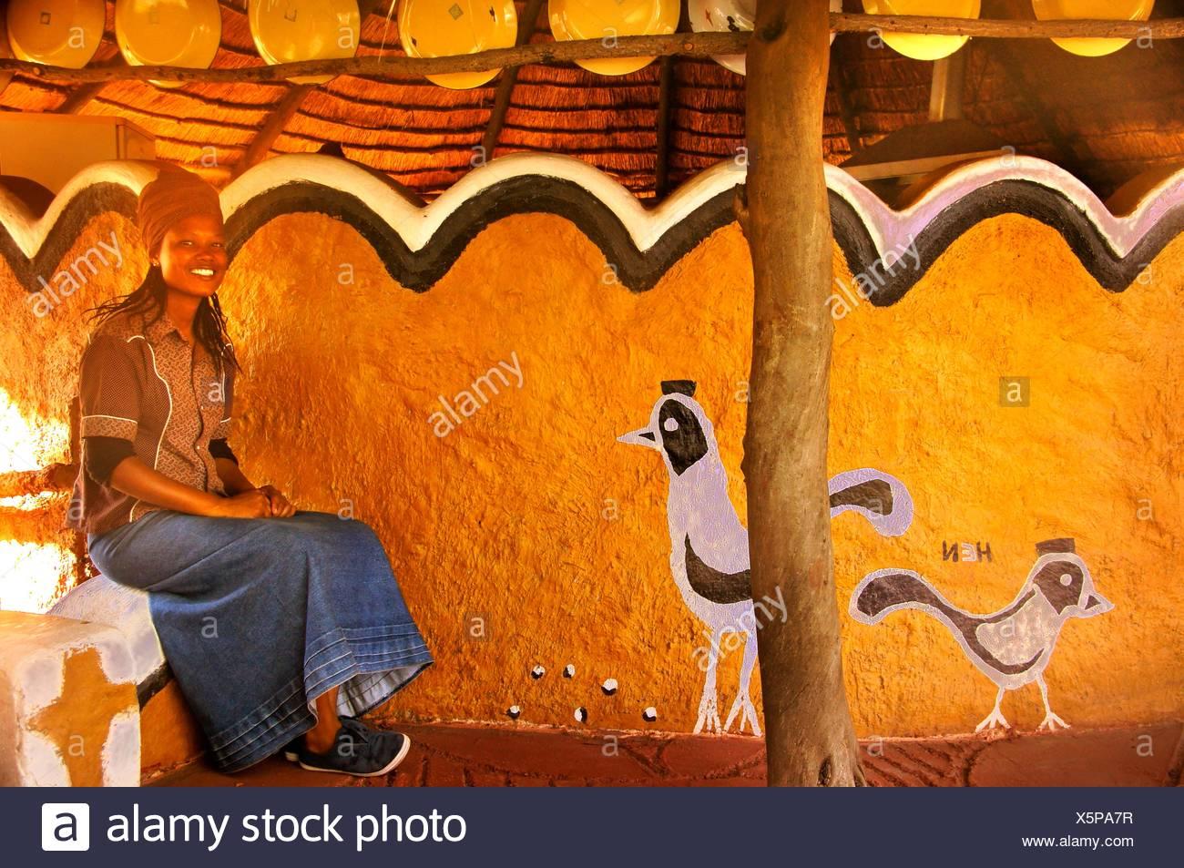 Jeune femme au 'Planet' Baobab à Gweta, Botswana Photo Stock