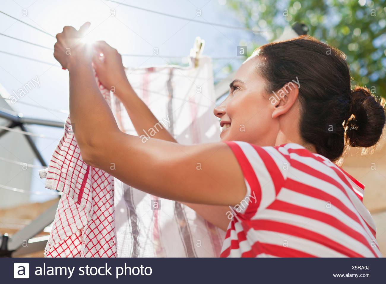 Femme d'étendage jusqu'à la ligne Photo Stock