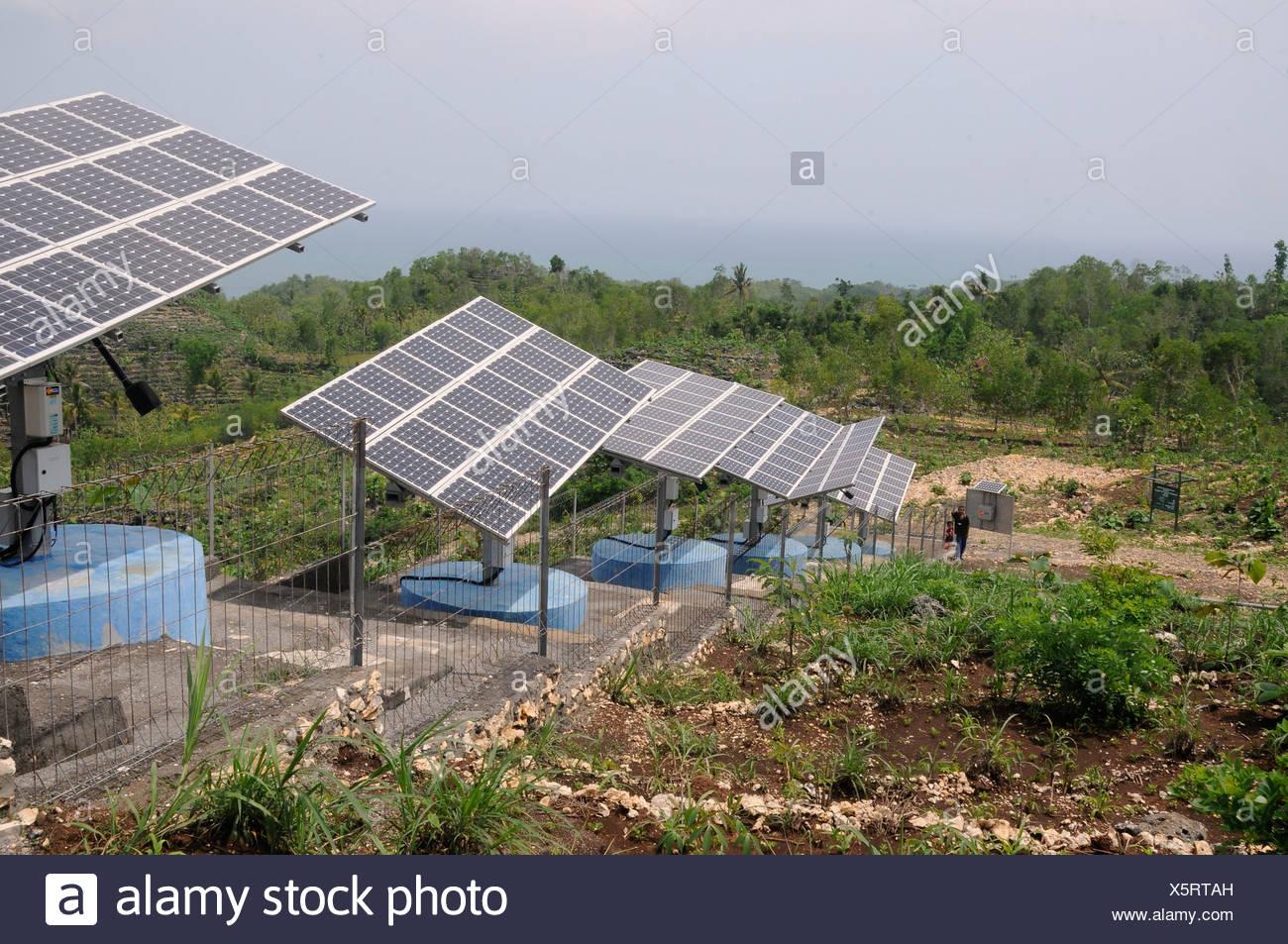 Panneaux solaires pour l'approvisionnement en eau près de Portovenere, Central Java, Indonésie, Asie du sud-est Photo Stock
