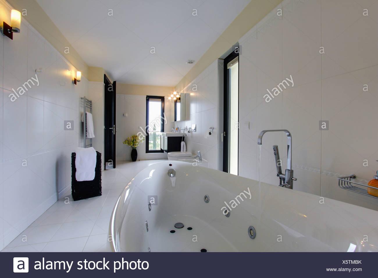 Robinet Chrome Verser De L Eau Dans Un Bain A Remous Dans La Salle De Bains Au Carrelage Blanc Moderne Villa En Espagnol Photo Stock Alamy