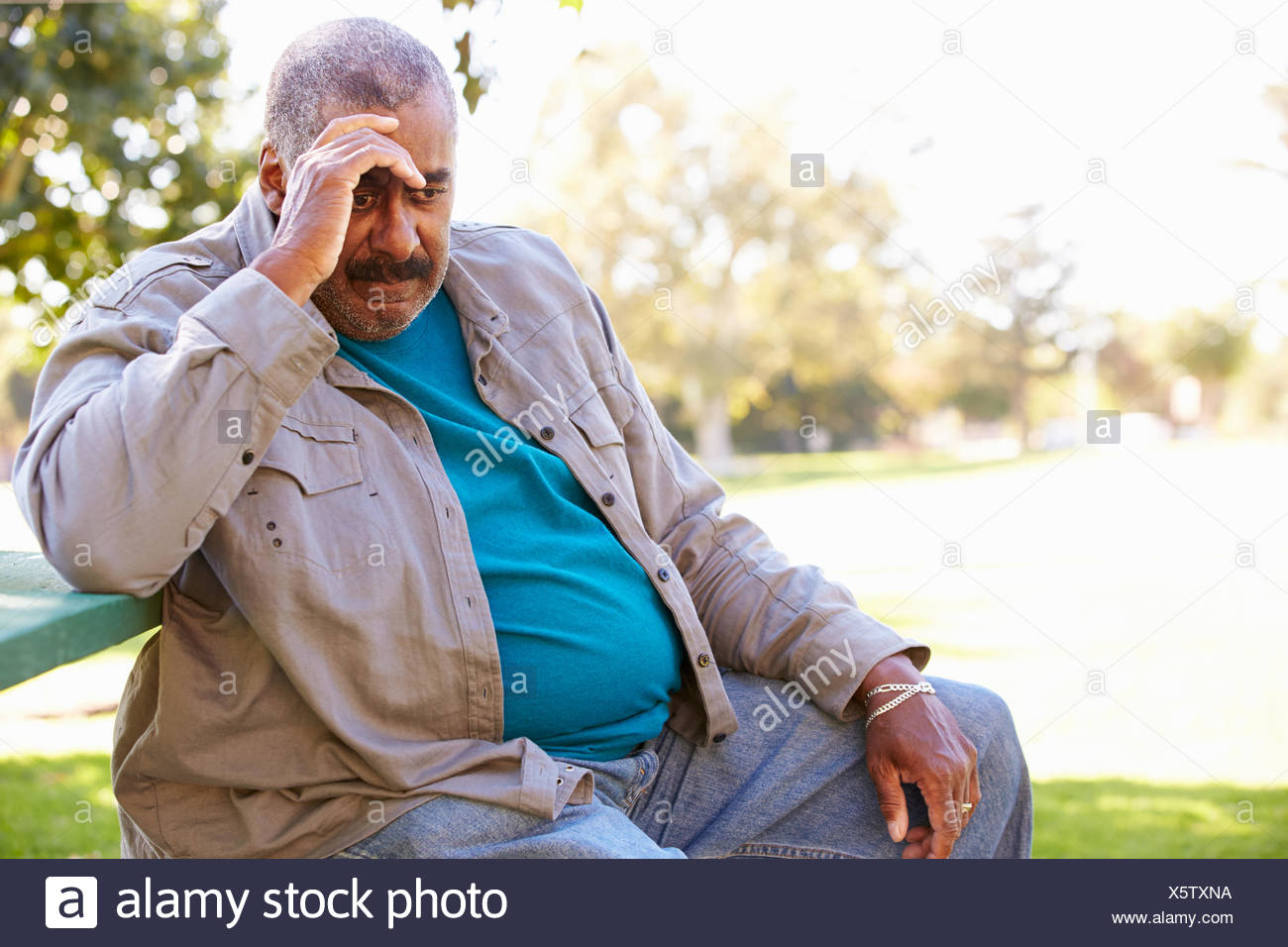 Déprimé Senior Man Sitting Outside Photo Stock
