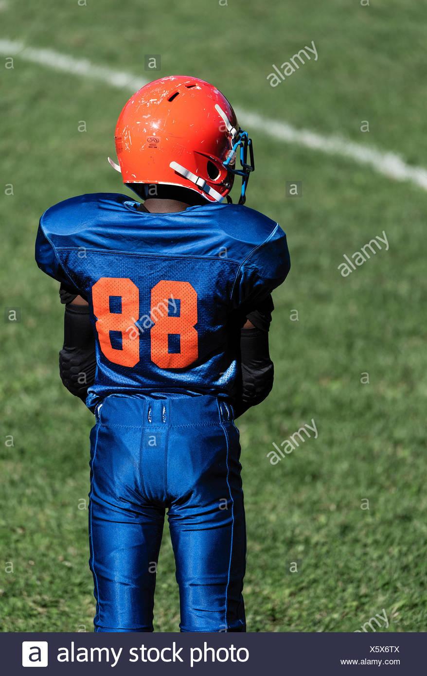 Les jeunes garçons dans les coulisses d'une Pop Warner football game, USA. Photo Stock