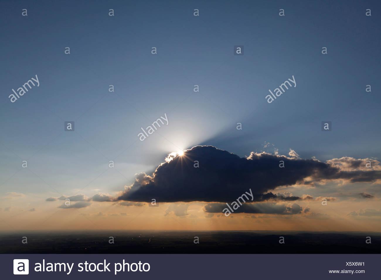 Photo aérienne, Soest Boerde, soleil avec rayons de soleil derrière un nuage dans le ciel du soir, Soest, Soest, district de Rhénanie du Nord-Westphalie Photo Stock