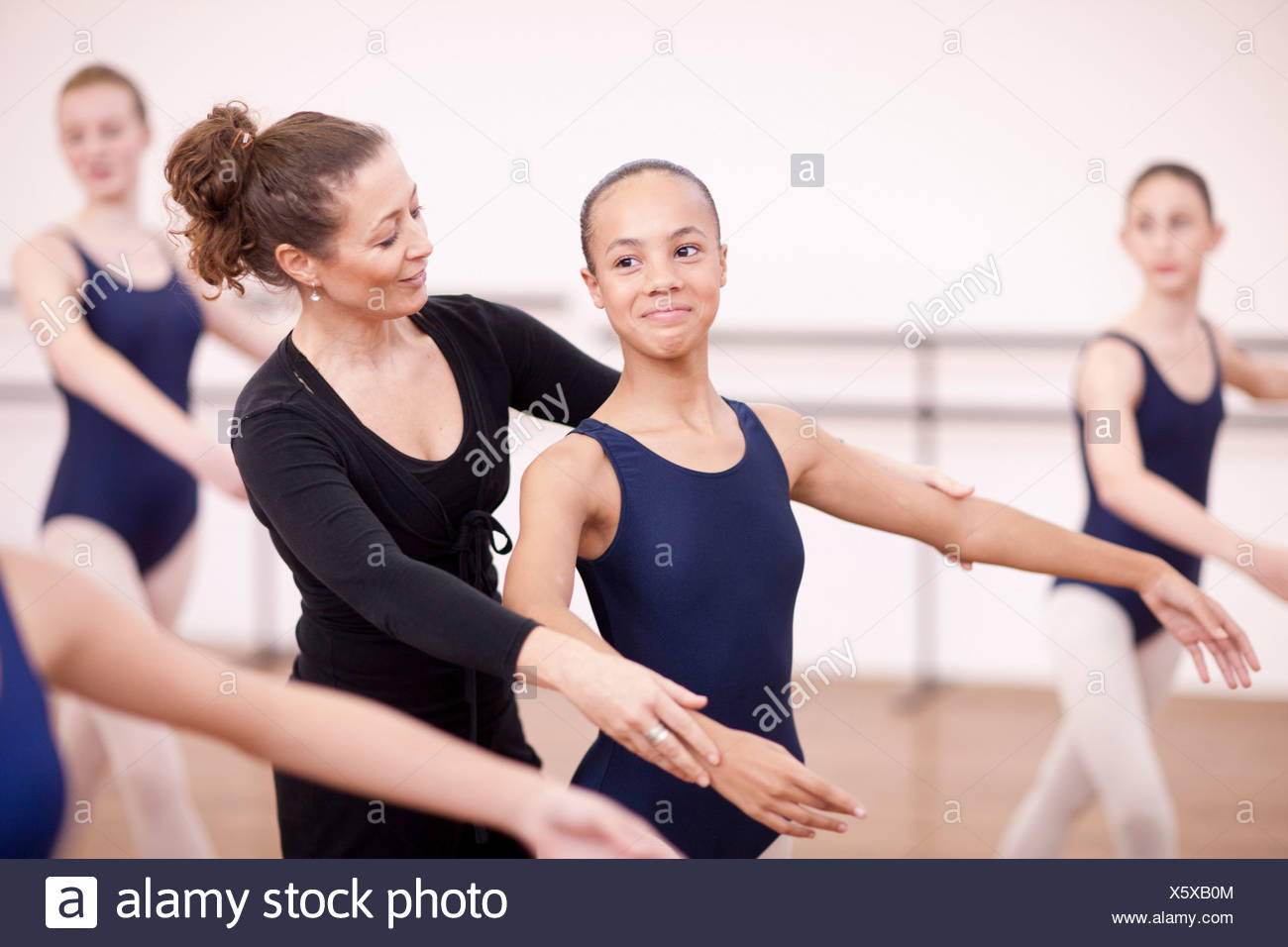 Bras de réglage de l'enseignant de ballerine d'adolescent timide Photo Stock
