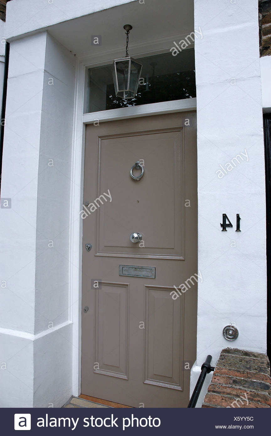 close up of peint en gris porte de maison blanche traditionnelle