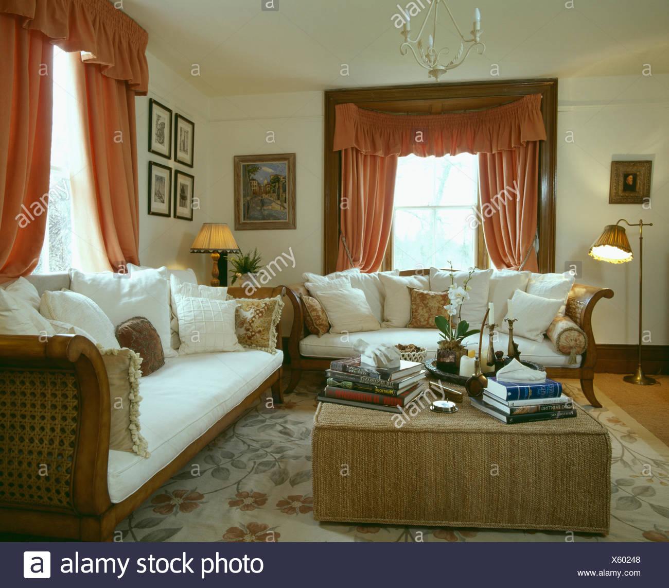Couleur Salle De Sejour coussins blancs sur canapés de style français dans la salle
